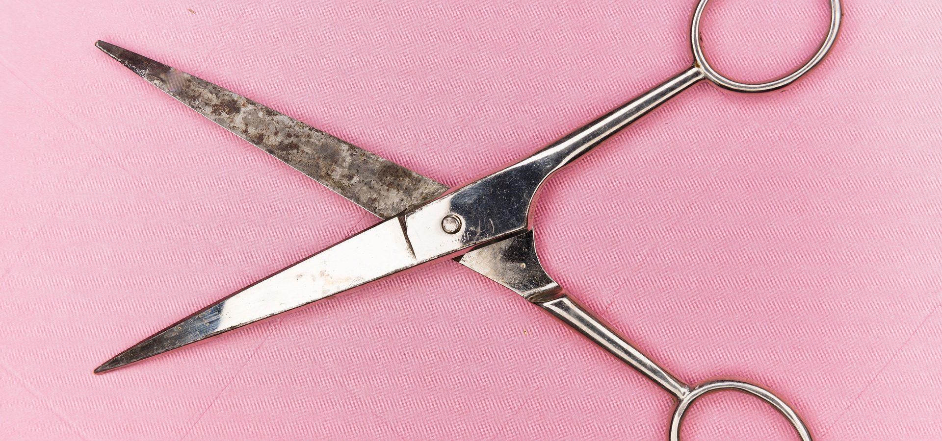 nożyczki na różowym ttle